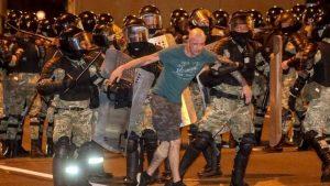 Izbori u Belorusiji: Desetine povređenih i stotine uhapšenih na protestima posle izbora u Belorusiji.