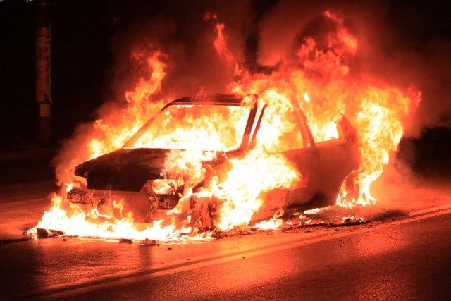 Izgorelo vozilo na putu Beograd-Pančevo, bez povređenih