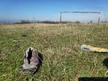 Između zarđalih stativa, smeća i žbunja teren na kojem je Piksi zaigrao fudbal odavno bez utakmica