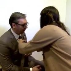 SAMO DA POGLEDAM KAKO IZGLEDA I SKLONIĆU SE Pogledajte kako izgledaju pripreme Vučića za intervjue (VIDEO)