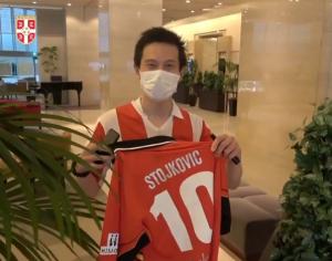 JAPANAC DOŠAO ISPRED HOTELA U DRESU ZVEZDE: Nosio je Piksijevu desetku, ali se razočaran vratio kući! (VIDEO)