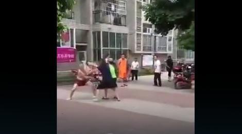 JAVNO PONIŽENJE Žena i ljubavnica PREBILE nevernog muškarca nasred ulice, i to NIJE SVE (VIDEO)