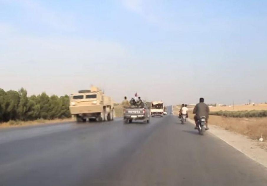 JEDNI BEŽE S RATIŠTA, A DRUGI DOLAZE: Američka i sirijska vojska OČI U OČI! Ovako su se mimoišli na severu Sirije! (VIDEO)