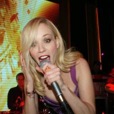 JELENA ROZGA DOŽIVELA ŠOK NA BINI: Pevačica zapevala na Ušću, a onda joj se desilo nešto NEVEROVATNO!