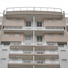 JESTE DA SPOLJA IZGLEDA ČUDNO Stanari zgrade u Aleksincu objasnili zašto na fasadi imaju vrata koja VODE U AMBIS (VIDEO)