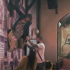 JEZIVA DRAMA U PAROVIMA! Pokušava da pobegne, PENJE SE NA KROV, visi sa zida! Opsadno stanje! (VIDEO)