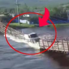 JEZIVA SCENA URUŠAVANJA MOSTA: Suluda ideja vozača - kamion je samo odjednom NESTAO pod vodom (VIDEO)