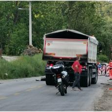 JEZIVE FOTOGRAFIJE SA MESTA NESREĆE KOD POŽEGE: Motociklista naleteo na kamion, nepomično leži na kolovozu