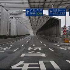 JEZIVE SCENE IZ KINE! OSTANI JAK Pesme Kineza iz karantina ODJEKUJU PRAZNIM Vuhanom! (VIDEO)