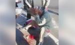 JEZIVO: Muškarac glavom odvalio znak na autobuskoj stanici!