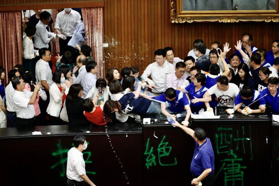 JOŠ JEDNA TUČA U TAJVANSKOM PARLAMENTU: Poslanici opozicione stranke uspeli da uđu u skupštinsku salu, zauzeli govornicu