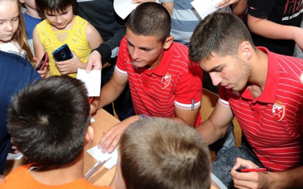 JOVELJIĆ I BABIĆ UŽIVALI SA KLINCIMA: Fudbaleri Crvene zvezde u poseti beogradskoj školi