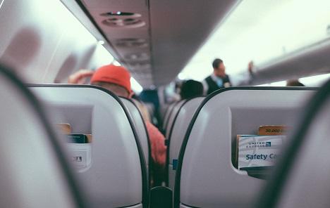 Je li u redu spustiti naslon sjedala u avionu?