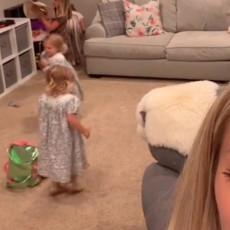 Jedna majka je otkrila ODLIČAN TRIK: Evo KAKO da naterate decu da POSPREME igračke nakon igre (VIDEO)