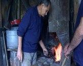 Jedni od retkih koji još uvek žive od kovačkog zanata: Čekić i nakovanj odjekuju selom FOTO