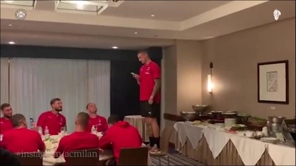 KAD RADE ZAPEVA NASTANE LOM: Krunić se saigračima u Milanu predstavio pevajući na italijanskom (VIDEO)
