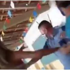 KAD SE NA VAKCINACIJI NAĐU LJUBAVNICA I ZAKONITA ŽENA: Muškarac došao na cepljenje sa švalerkom a onda je nastao LOM (VIDEO)