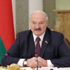 KAKAV CAR! Lukašenko došao na intervju u ČARAPAMA, kada je objasnio zašto svi su se ODUŠEVILI (VIDEO)