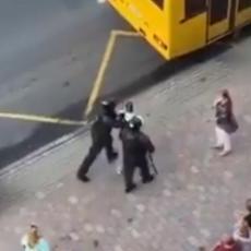 KAKAV DANAK NEISKUSTVU: Beloruska policija je uhapsila mladića, pa uradila nešto zbog čega im se smeje CEO SVET (VIDEO)