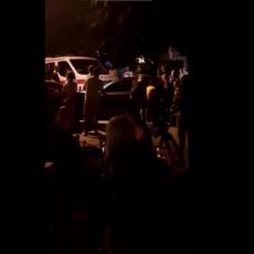 KAKAV HEROJSKI ČIN U MAKEDONIJI: Mladići iz Skoplja rukama pomerili automobil da bi Hitna pomoć mogla da prođe (VIDEO)