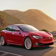 KAKO SME OVO? Vozač spava, a Tesla Model 3 ide sam (VIDEO)