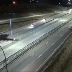 KAMERE SNIMILE STRAHOVIT PRIZOR! Avion sleteo na auto-put  dok je bilo automobila (VIDEO)