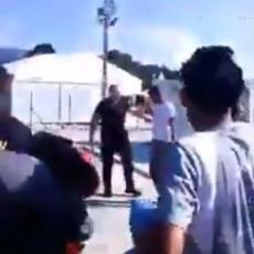 KAMERE SVE SNIMILE: Migranti ponovo divljali u kampu kod Bihaća, uz povike nasrnuli na policajce (VIDEO)