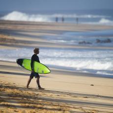 KAO DA JE 20 MOMAKA SEDELO NA MOJOJ NOZI Surferu (18) ajkula otkinula nogu, njegova ispovest ledi krv u žilama! (FOTO)