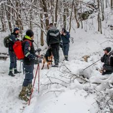 KAO DA SE TRAŽI IGLA U PLASTU SENA U Dragačevu za deset dana nestala dva muškarca, sneg otežava potragu