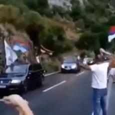 KAO NACIONALNI HEROJI: Spektakularan doček Srba u Crnoj Gori (VIDEO)