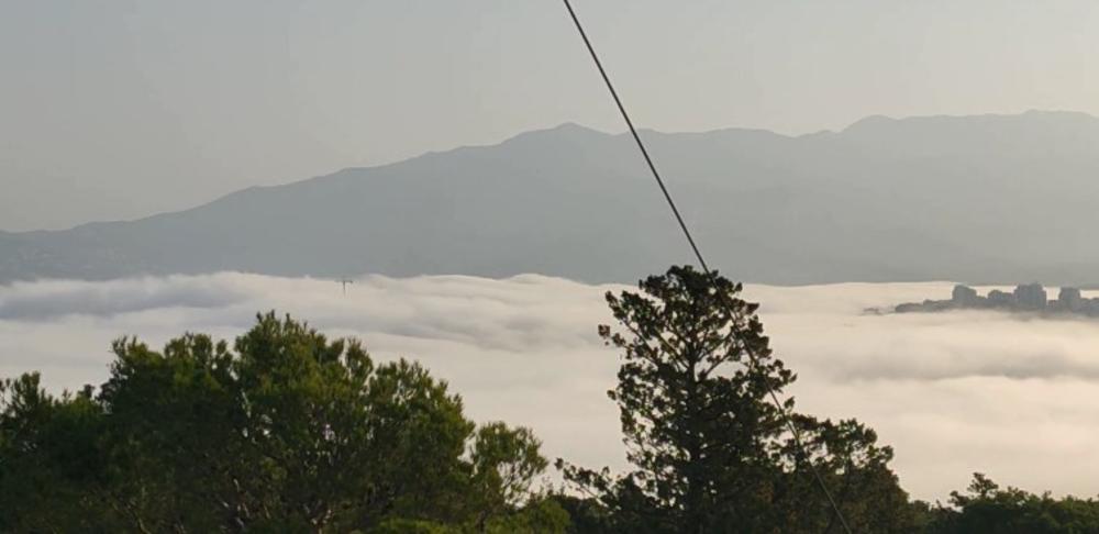 KAO SIRENE IZ BRODA DUHOVA: Dalmacija osvanula u magli, sablasni prozori duž hrvatske obale (VIDEO)