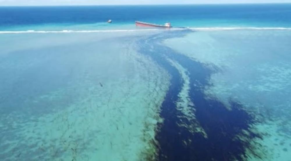 KATASTROFA NA MAURICIJUSU: Nasukani brod ispušta tone nafte u kristalno bistru vodu! Proglašeno vanredno stanje! (VIDEO)