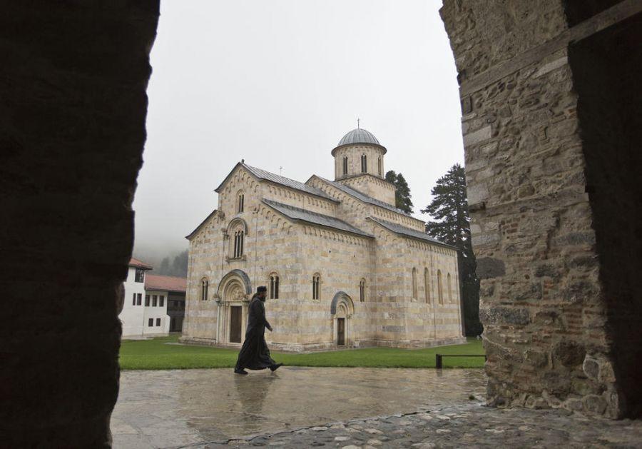 KFOR ZAUSTAVIO RADOVE KOD MANASTIRA VISOKI DEČANI: Konačno zaustavljene mašine koje su ugrožavale manastir!