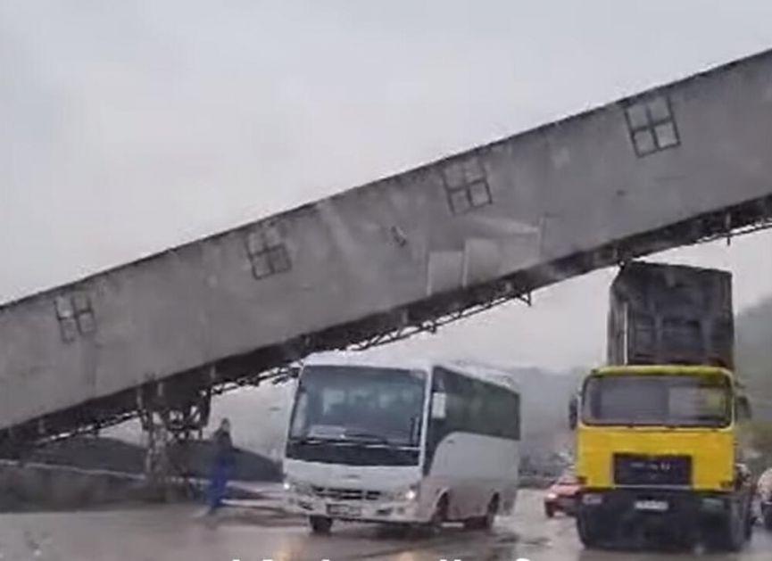 KIPOM UDARIO U TRANSPORTNU TRAKU ZA UGALJ: Veliki peh kamiondžije u Kaknju VIDEO