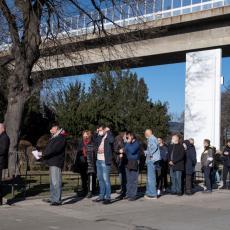 KO HOĆE SINOFARM VAKCINU, TO MOŽE OBAVITI I BEZ POZIVA! Velike kolone ispred Beogradskog Sajma (FOTO)