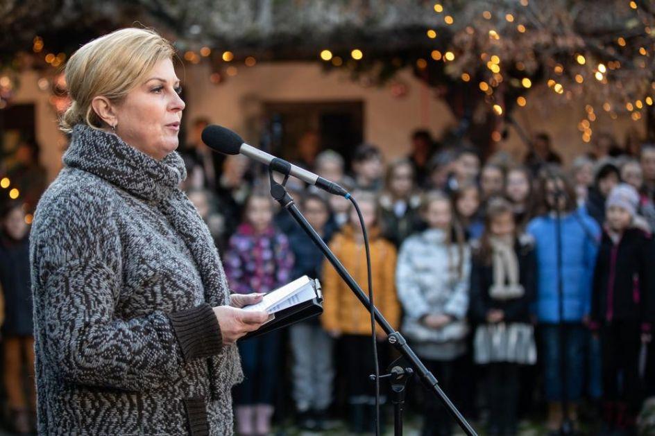 KOLINDA ZAPOČELA KAMPANJU U RODNOM GROBNIKU: Održala je govor, a onda sa sviračima zapevala Tompsonovu pesmu!