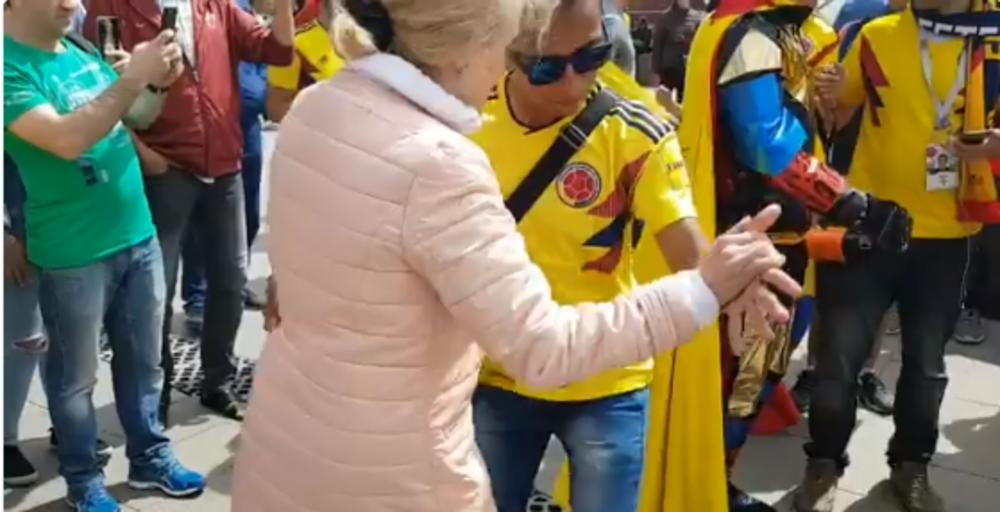 KOLUMBIJSKI ŠOU NA CRVENOM TRGU! Babuška je prišla navijačima, i žurka je mogla da počne! (VIDEO)