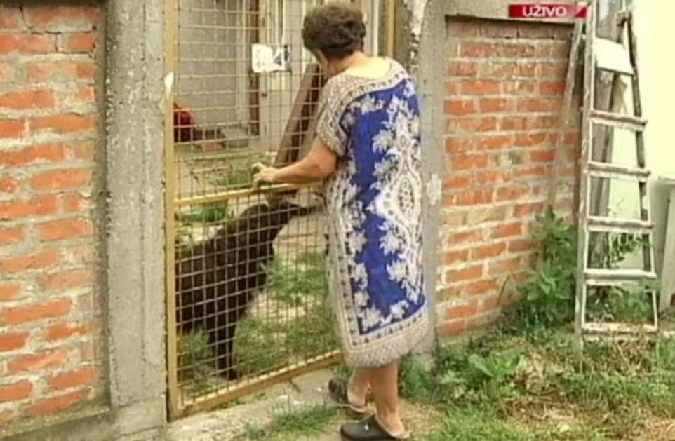 KOMŠIJE JOJ NAPRAVILE PAKAO OD ŽIVOTA: 4 godine ulazi u stan preko balkona, jer od susedovog psa ne može da prođe kroz dvorište!