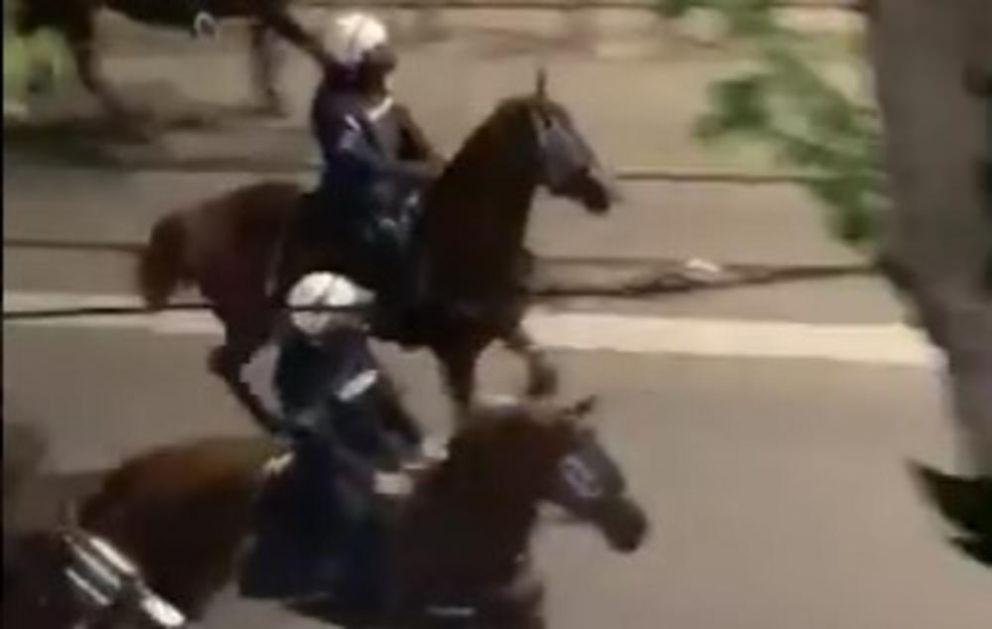 KONJI REŠILI KRITIČNU SITUACIJU U BULEVARU: Pogledajte juriš konjičke jedinice i kako su se demonstranti razbežali VIDEO