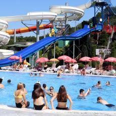 KORONA NA PLUS 35 STEPENI: Srbi spas od vrućine potražili na bazenima, ne haju za virus (FOTO)