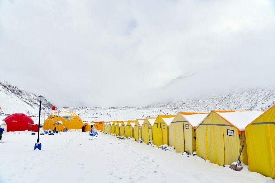 KORONA STIGLA DO VRHA SVETA: Norvežanin prvi sa kovidom na Mont Everestu! Strahuje se od širenja virusa među stotinama alpinista!