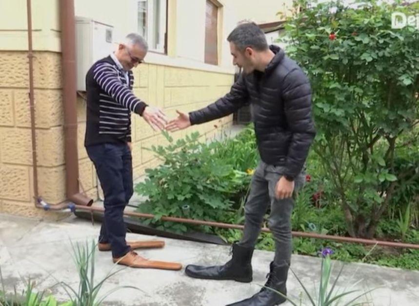 KORONA STIL: Maštoviti obućar napravio čizme za držanje distance! Pandemija ne menja samo navike već i modu! (VIDEO)