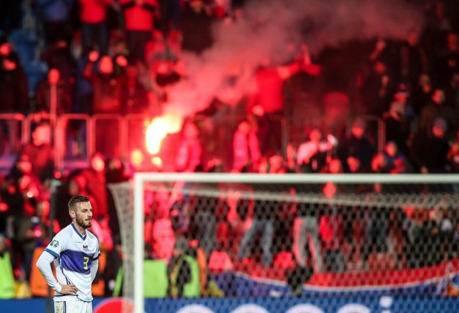 KOSOVO JE IPAK SRBIJA: Češki navijači, uprkos zabrani, navijali sa NAŠIM ZASTAVAMA na meču sa gostima iz Prištine