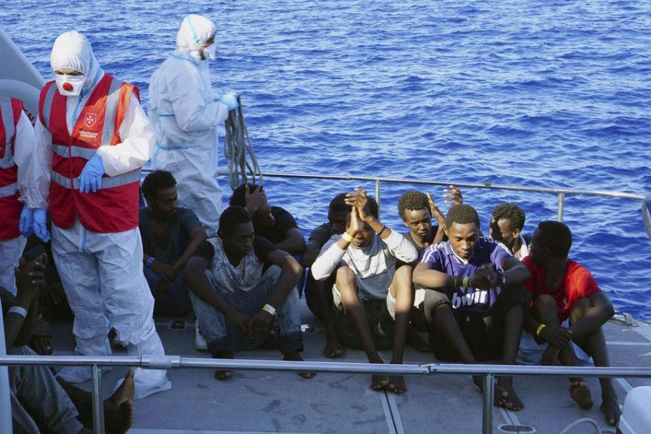 KRAJ AGONIJE KOJA JE TRAJALA 19 DANA: Migranti iz Afrike počeli da se iskrcavaju  na ostrvo Lampeduza!