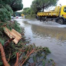 KRITIČNO U DRAGAČEVU: Potopljene kuće, prekid saobraćaja, izlivanje vodotokova, ekipe na terenu