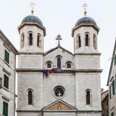 KRIVOKAPIĆ SE STIDI SRPSKE TROBOJKE: Objavio sliku svetinje u Kotoru bez zastave koju je do juče celivao (FOTO/VIDEO)