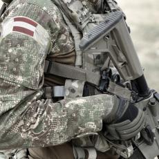 KRVAV NAPAD NA AUSTRIJSKE OBAVEŠTAJCE: Pomahnitali čovek zasuo stanicu projektilima, vojnici ostali u čudu