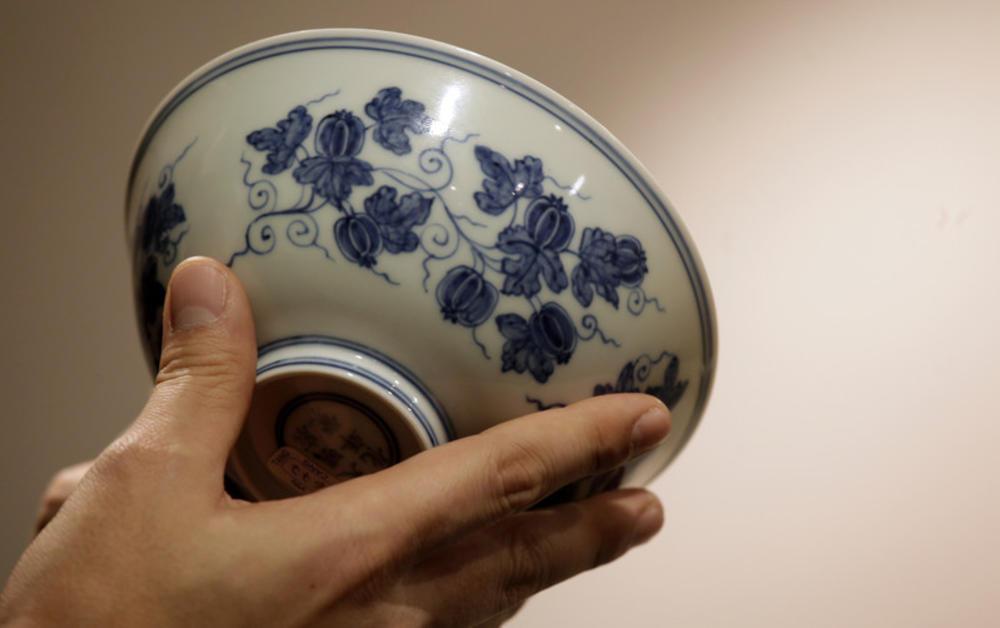 KUPLJENA ZA 35 DOLARA NA DVORIŠNOJ RASPRODAJI, A VREDI MILIONE: Sledeće nedelje na aukciji činija čuvenog kineskog cara