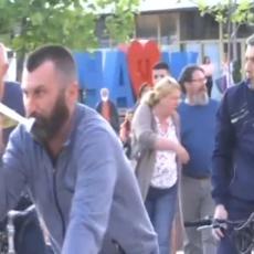 Kako Obradoviću ne dosadi da mu se narod smeje? Lider Dveri na biciklu predvodio protest opozicije (VIDEO)