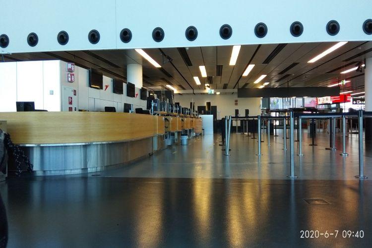 Kako izgleda čekanje leta za Beograd na avetinjski praznom aerodromu u Beču (FOTO)